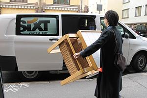 taloの配送サービスを使って小西さんがフィンランドのヘルシンキにて仕入れた家具を積み込みます。