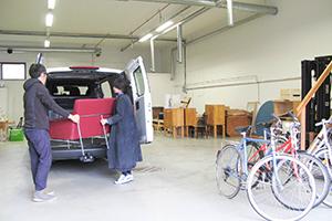 taloの配送サービスを使って小西さんがフィンランドのヘルシンキにて仕入れた家具を倉庫に下ろします。