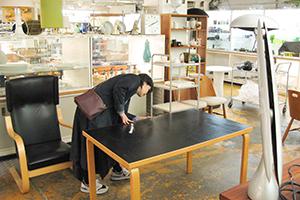 taloの配送サービスを使って小西さんがフィンランドのヘルシンキにて仕入れる家具を探します。